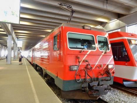 憧れのスイスの観光列車「氷河特...
