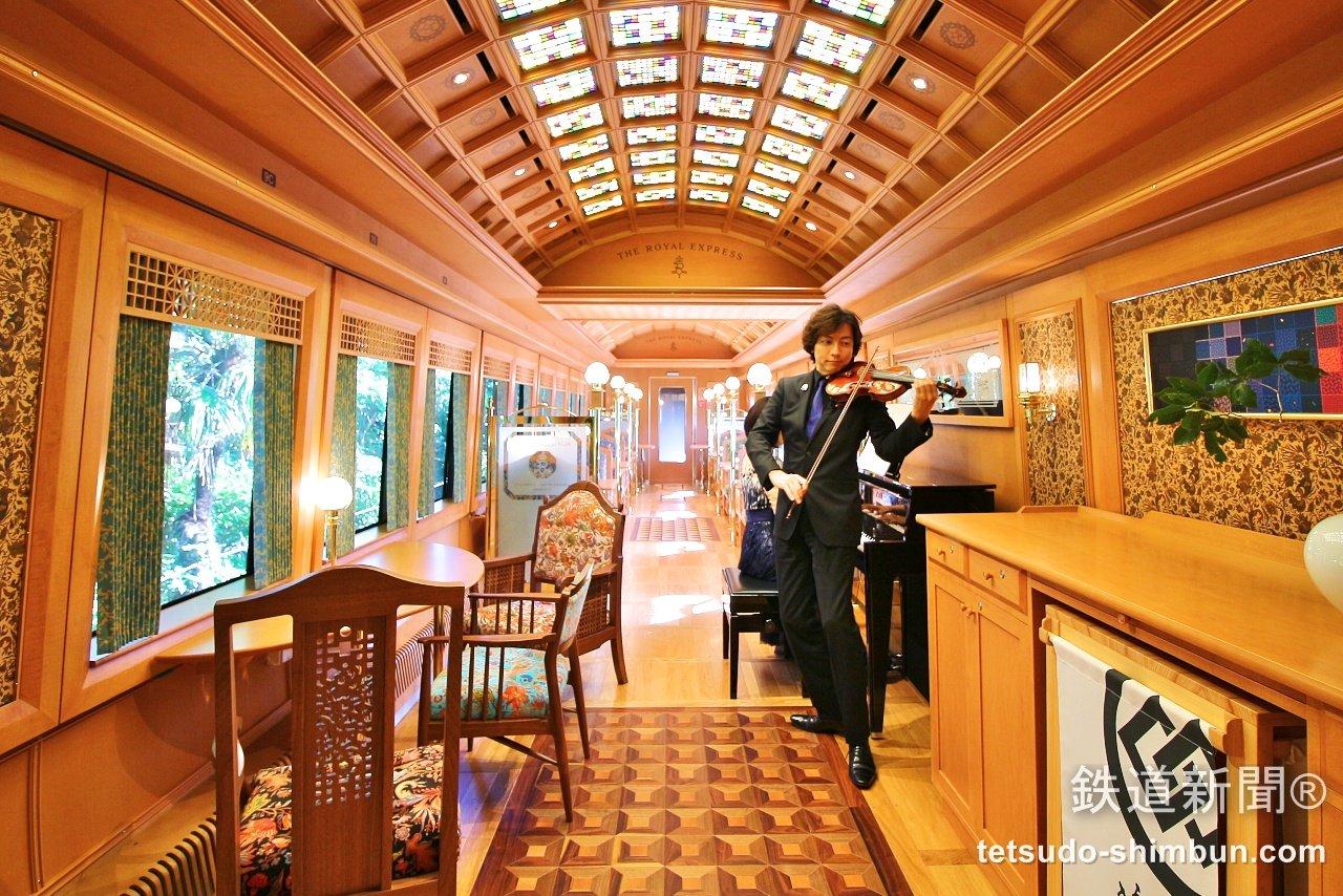 伊豆の観光列車 「ザ・ロイヤルエクスプレス」の車内