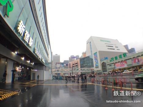 写真左が「甲州街道改札」・「バスタ新宿」、右が「ルミネ」などがある南口
