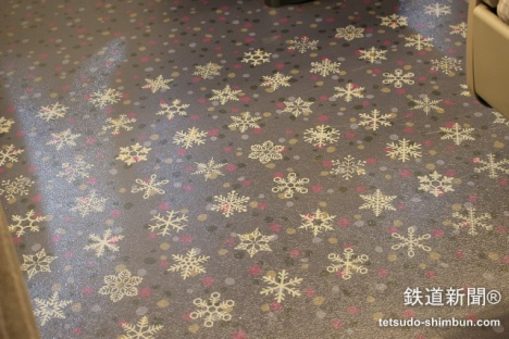 「H5系」普通車の床の模様