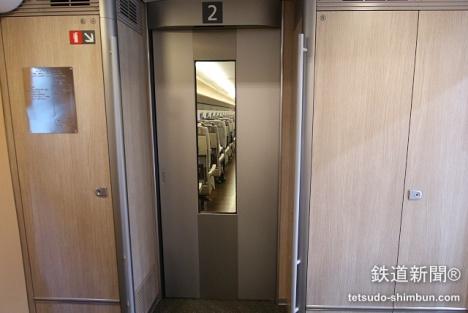 「E5系」の、客室・デッキ間のドア