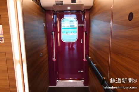 H5系グランクラスの乗降ドアは赤紫色に