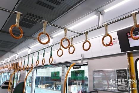 路線カラーのオレンジ色の吊り手