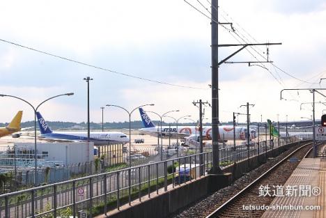 千葉山千代田駅ホームから飛行機を望む
