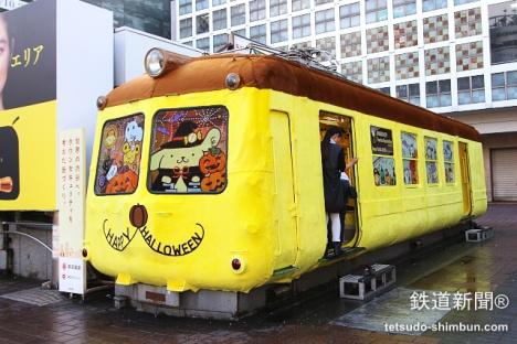 渋谷駅ハチ公広場に登場したポムポムプリン電車「ポムポムトレイン」