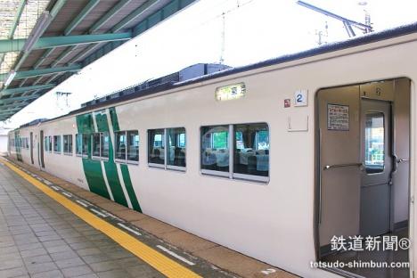 伊豆急下田駅に停車するJR特急「踊り子号」
