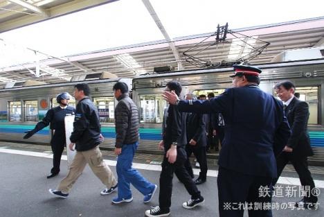 駅到着後に運転中止、旅客を降車避難させる