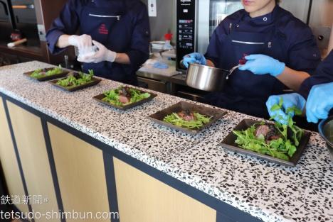 オープンスタイルのキッチンで調理の様子も見ることができる