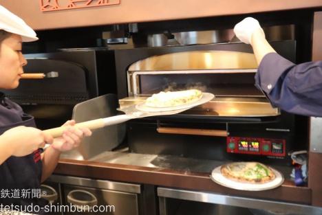 目玉の『電車の中の窯』で焼きたてのピザを