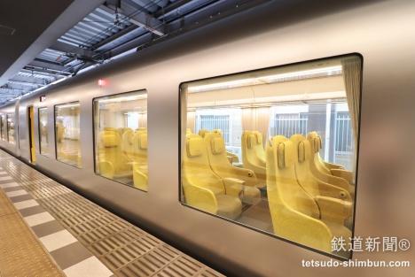 西武池袋駅で超大型窓に映し出される車内の光景がとても印象的でワクワク感が高まります