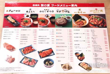 フードコートは食事の選択肢が色々あって、グループやファミリーでもそれぞれ好きな物が食べられて良いですね。