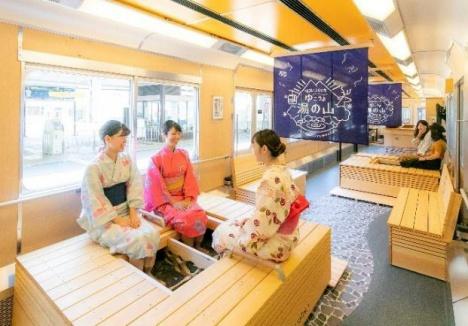 「足湯列車」車内イメージ(近鉄ニュースリリースより)