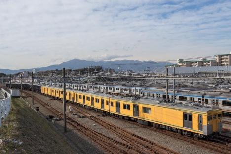 大山を背景に輸送される「12000系」
